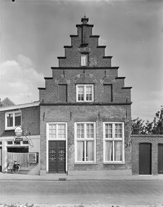 Huis met trapgevel met zandstenen afdekkingen en waterlijsten, toppilaster en gerestaureerd bovenstuk in Hasselt   Monument - Rijksmonumenten.nl