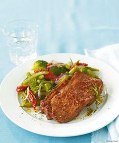 Superleckerer Schlankmacher: Broccoli, Bohnen, getrocknete Tomaten, dazu saftiges Steak.
