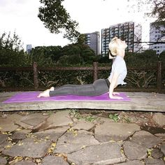 2016/11/08 18:17:14 tudors_fitness Upward Facing Dog Pose 上を向いた犬のポーズ . Tips: Actively draw the shoulders away from the ears by lengthening down along the back armpits, pulling the shoulder blades toward the tailbone, and puffing the side ribs forward. If you need help learning this, lift each hand on a block. 5 breaths to a few minutes. . コツ: 肩が上がらないように意識しながら耳から離すように引いて肩甲骨を尾骨の方へ、肋骨の脇を前方へふくらませます。慣れてきたら左右それぞれの手をブロックに乗せて持ち上げる練習してみましょう。 呼吸5回分〜数分の長さでおこないます。 . ✨Benefits: Improves posture…