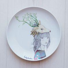 Plato llano de porcelana de alta calidad decorado con nuestra ilustración Deer Girl de forma artesanal.Tiene un diámetro de 18 cm