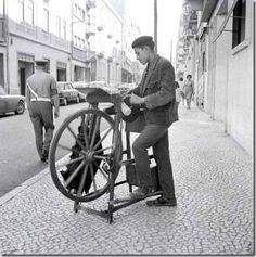 Amolador Old Pictures, Old Photos, Knife Grinder, Nostalgic Pictures, Photography Tours, Old Postcards, Belle Epoque, Historical Photos, Portuguese