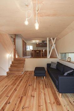 兵庫県宝塚市に建てられた住宅です。地下1階地上3階建てを木造のスキップフロアで構成しています。