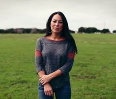 Joanna Gaines - I need this shirt! She wears it in so many episodes. Jo And Chip Gaines, Jo Gaines, Joanne Gaines, Fixer Upper Tv Show, Fixer Upper Joanna, Magnolia Fixer Upper, Magnolia Homes, Pretty Outfits, Cute Outfits