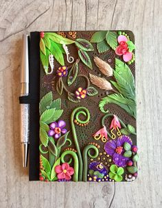 Book Cover Tutorial Polymer Clay Ideas Informations About Book Cover Tutorial Polymer Clay I Clay Art Projects, Polymer Clay Projects, Polymer Clay Creations, Diy Clay, Clay Crafts, Polymer Clay Pens, Polymer Clay Charms, Polymer Clay Jewelry, Palmer Clay