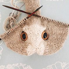 How to knit an easter bunny. Click through for easy step by step tutorial and free knitting pattern to make a knitted easter bunny rabbit. Click through to get tips and all the info you need to make your own Knitted Cat, Knitted Animals, Knitted Dolls, Crochet Toys, Knit Crochet, Crochet Sloth, Knitting Patterns Free, Free Knitting, Baby Knitting