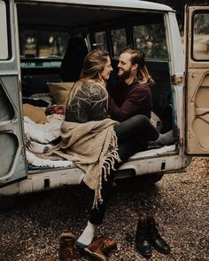 Cute and Sweet engagement photo idea to fall in love. Finding unique& cute engagement photo ideas for your engagement photos. Engagement Outfits, Engagement Couple, Engagement Pictures, Couple Portraits, Couple Posing, Couple Shoot, Couple Photography, Engagement Photography, Photography Tools
