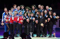 表彰式で2位ロシア(左)や3位アメリカ(右)の選手とともに記念撮影する優勝した日本チームの選手たち=東京・国立代々木競技場で2017年4月22日、手塚耕一郎撮影