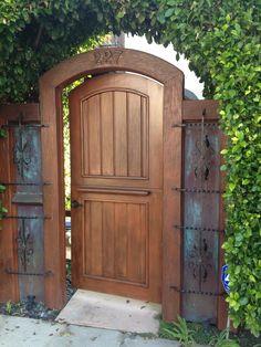Dutch Door As Gate Walkways Puertas Garden Entrance, Garden Doors, Entrance Gates, Wooden Gate Door, Wooden Garden Gate, Wood Fence Gates, Backyard Gates, Fire Pit Backyard, Fence Design