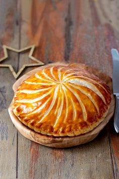 Galette des Rois (Torta dei Re): la Ricetta originale francese per l'Epifania Irish Christmas, Xmas, Gallette Des Rois, Sweet Corner, Christmas Traditions, Cheesecakes, Healthy Cooking, Sweets, Traditional