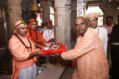 Shri Shambhu Prasad Ji receiving saropav from priests of Shree Eklingji temple at Swaranjali 2016 – The Guru Poornima Festival.   More on the event: https://www.facebook.com/events/886578128135876/  More on artists: http://www.eternalmewarblog.com/swaranjali-2016-6-seasoned-artists-1-classic-ensemble/  #Swaranjali #Swaranjali2016 #GuruPurnima #GuruPoornima #Eklingji #ShreeEklingji #ShreeEklingjiTemple #IndianFestivals #Music #Devotion #EternalMewar #Mewar #Heritage #Udaipur #Rajasthan