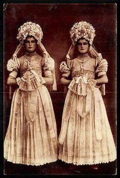 Mezőkövesdi Mária leányok | Képeslapok | Hungaricana Art Costume, Folk Costume, Moon Goddess, Goddess Art, Hungarian Embroidery, Boho Beautiful, Principles Of Art, Unique Image, Historical Clothing