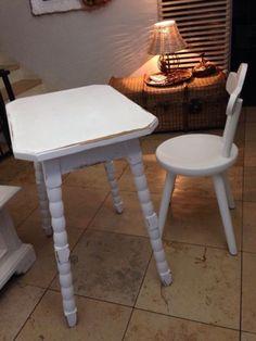Zum Auftischen schön! Das Holz erhält durch die weiße shabby Colorierung seine ganz besondere Ausstrahlung - genauso wie die gedrechselten Beine den Charme dieses Möbels unterstreichen.Maße:45 cm tief, 75 cm hoch, 61 cm lang