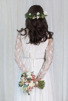 Klassisk bukett med matchende hodekrans. Girls Dresses, Flower Girl Dresses, Wedding Dresses, Flowers, Fashion, Dresses Of Girls, Bride Dresses, Moda, Bridal Gowns