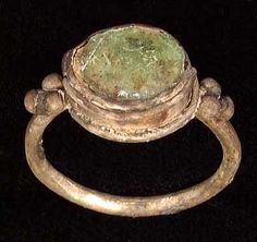 Byzantine ring 7th c. AD, green glass and silver.. omg... what a treasure !