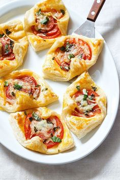 Best Tomato Recipes Pepperoni Basil Tomato Puffs - Maybe they're bite-sized, but these Pepperoni Basil Tomato Puffs come with BIG-sized flavors with almost zero effort. Plus, they are perfect for brunch or as potluck appetizers! Quick Appetizers, Finger Food Appetizers, Easy Appetizer Recipes, Holiday Appetizers, Delicious Appetizers, Party Appetizers, Easy Recipes, Potluck Recipes, Summer Recipes
