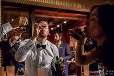 Invitados a la boda brindando en la fiesta  realizada en finca privada después del banquete.