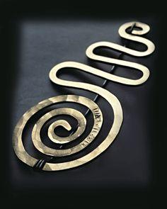 Alexander Calder, spilla.  Calder ha realizzato circa 1800 gioielli , tra i grandi maestri della storia dell'arte che si sono applicati al gioiello , fu l'unico a produrre personalmente ciascun monile.