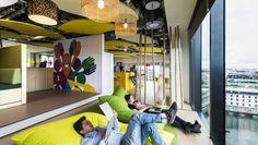 Au mois de juin dernier Google a inauguré les nouveaux locaux de son siège européen à Dublin, en Irlande. Sur près de 47.000 mètres carrés, le géant du Web a installé ses équipes dans des bureaux toujours aussi insolites et colorés. Une ambiance « campus » qui tranche avec les locaux des entreprises classiques et où tout est fait pour rendre le travail à la fois ludique et collaboratif.