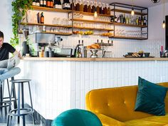 Bar Bouwmeester Amsterdam in the Rivierenbuurt in Amsterdam South is a new all day hotspot where you can have breakfast with a burger!