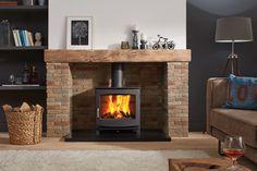 Ce poêle à bois de chez Fonteflamme, modèle Ivar 8 Low, s'intègre parfaitement dans le foyer de cette demeure familiale.  La structure en acier apporte la touche charme propre à ce matériau.