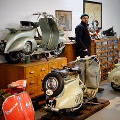Cars Vintage, Logo Vintage, Poster Vintage, Antique Cars, Vintage Vespa, Vespa Vbb, Piaggio Vespa, Scooter Bike, Vespa Scooters