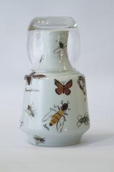 Moringa com o tema bugs! #porcelana #porcelanadecorada #porcelanapersonalizada #decoração #decor #pintadoamão #feitoamão #brasil #brazil #homedecor #porcelain #bugs #insetos #butterflyes #spiders #grilos #ouro #westwing #gold  https://www.westwing.com.br/porcelana-patricia-virmond-pratos-bandejas-e-moringas/