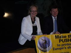 Julie Girling & Richard Benyon: UK Minister Dives into Shark Conservation at SEA Life London Aquarium to show his support to a strong and enforceable EU shark finning ban.  www.projectaware.org/update/uk-minister-dives-shark-conse...    Image © Shark Alliance/Andre Camara.    #sharkalliance #makethepush