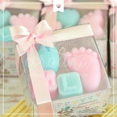 lembrancinha pezinho de bebê com 2 letrinhas Handmade Soap Packaging, Handmade Soaps, Personalised Gifts Diy, Baby Giveaways, Baby Soap, Soap Favors, Girl Baby Shower Decorations, Soap Recipes, Diy Candles