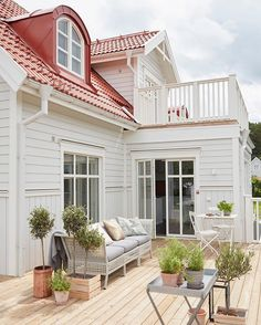 Stunning Farmhouse Cottage Design Ideas And Decor You Are Looking For House Paint Exterior, Exterior Design, Cottage Shabby Chic, Ranch Remodel, Modern Farmhouse Design, Villa, Swedish House, Cottage Design, House Goals