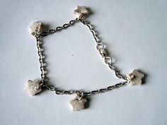 Bracelet avec chaînette argentée et petites étoiles blanches