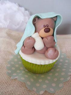Cupcake bebe oso de ME FALTA CLOE.  Para decorar cestas infantiles, bautizos,cumpleaños...  Información en: mefaltacloe@hotmail.com