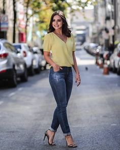 Photo shared by DOCE FLOR on June 2018 tagging A imagem pode conter: 1 pessoa Office Fashion Women, Urban Fashion, Womens Fashion, Fashion Top, Ladies Fashion, Date Outfit Casual, Casual Outfits, Mode Outfits, Fashion Outfits