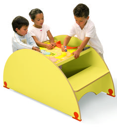 Plateau de jeu carreau Safari - Table pour 4 enfants jaune avec assises solidaires de la table pour une meilleure stabilité et un encombrement minimum. Dimensions : 120 x 60 cm avec une hauteur de 60 cm. #espace #enfant #aménagement #magasin #safari #ludique