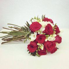 Bouquet para novia en rosas rojas y fresías. #weddingbouquet #ramodenovia #bouquet #novias #bodas #wedding #roses #rosas #floristeriavillaverde #floristeria #floristeriamadrid #flores #weddingplanner #eventplanner #organizaciondeeventos #organizaciondebodas #enviarfloresporinternet #comprarfloresonline #enviarfloresmadrid