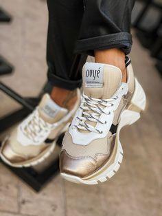 Les baskets BROOKLYN gold/rosé de la marque Ovyé ont une semelle plateforme. Les sneakers en cuir sont montées sur une très large semelle crantée. Jeu d' empiècements en tissu doré et cuir craquelé beige rosé et velour noir. Air Max Sneakers, Sneakers Nike, Brooklyn, Baskets, Beige, Boho Fashion, Nike Air Max, Rose Gold, Boutique