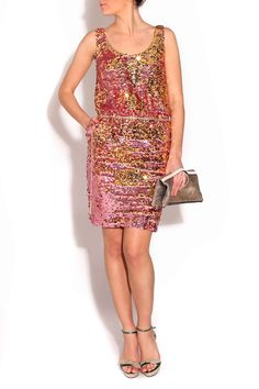 Vestido de lentejuelas rosa de JV por Jorge Vázquez, zapatos de Serena Whitehaven y cartera de mano ALEX bronce de Éric Gallais