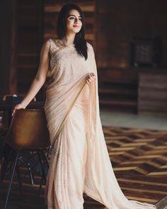 Wish you all a very Happy Gudi Padwa ☺️✨ Indian Sarees CLICK VISIT link above for more info Sari Dress, The Dress, Indian Dresses, Indian Outfits, Pakistani Outfits, Sarees For Girls, Saree Poses, Modern Saree, Saree Photoshoot