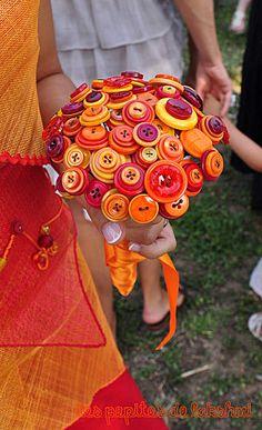 Un bouquet de mariée avec des boutons. Une bonne idée à refaire aux couleurs du jour. Le principe ? Des boutons montés sur des tiges métalliques rassemblées par un beau ruban.
