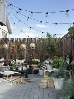 Si tenéis terraza, balcón, patio o jardín es ya hora de ponerlos a punto para disfrutarlos en cuanto salga un rayito de sol. Lo primero, li...