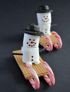 marshmallow snowman on a cookie sleigh   -  Dit heb je nodig:    * Wafeltjes   * Candy canes   * Marshmallows (grote en mini)   * Zwarte eetbare stift   * Oranje kleurstof (of eetbare stift)   * Oreo koekjes   * Dropjes (harlekijntjes)   * Lolly stokjes   * Icing of witte chocola om alles aan elkaar te plakken