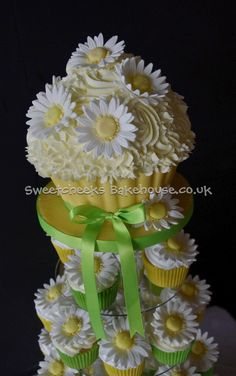 Giant Cupcakes and cutting cakes - Sweetcheeks Bakehouse