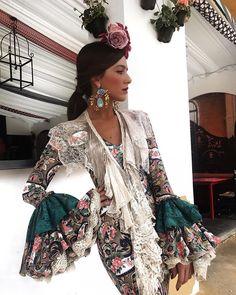 El estampado de flores cobra cada vez más protagonismo en los vestidos de flamenca y así lo luce Rocío Osorno