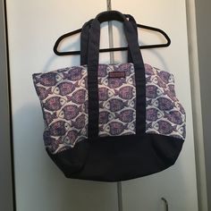 Vineyard Vines Large Tote (No Trade) Brand new Vineyard Vines tote with a fun fish print and navy bottom and handles.  Perfect for a day at the beach or pool. Vineyard Vines Bags Totes
