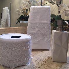 Este modelo é uma toalha de lavabo decorada em linho branco, renda guipir Branca , bordadas as pérolas em fio duplo. As toalhas são felpudas em algodão, com detalhes em viscose ou poliéster, macia e bem absorvente. Porta papel higiênico em linho branco e aplicação de renda Guipir Branco com fecha...
