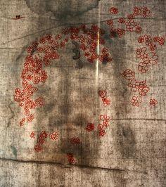 """Entre 2005-7, Bernardo Galmarini, perito na conversão de imagens 2D para 3D, trabalhando nas imagens do Sudário, notou que havia áreas que apareciam como """"buracos"""". Os estudos de Avinoam Danin, professor de Botânica da Universidade Hebraica de Jerusalém, evidenciam que os vestígios de flores, e outras plantas, eram o motivo. Algumas flores se assemelham com a Matricaria recutita ou Anthemis bornmuelleri. As flores florescem entre março e abril, coincidindo com a época da Crucifixão, 7 de…"""