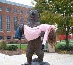 Este oso que acaba de perder a la mujer que amaba. | 21 Estatuas que tuvieron un peor día que el tuyo