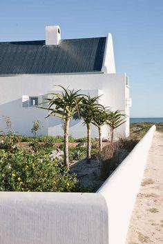 Weekend Escape: A Stunnig Beach House In South Africa Coastal Gardens, Coastal Homes, Coastal Living, Beach Cottage Style, Coastal Style, Beach House Decor, South African Homes, African House, Cave House