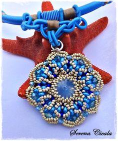 Ciondolo interamente realizzato a mano con tecnica di tessitura di perline.