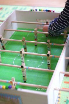 Einen Kicker selber bauen! Tolle Idee für deinen nächsten Kindergeburtstag unter dem Motto Fußball
