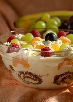 """Tahle """"heboučká"""" dobrota se u nás podávala na závěr štědrovečerní večeře v době, když jsem byla ještě malá holka. Tento zvyk jsem si osvojila a přenesla i do své domácnosti. Bez božského pudingu nebo také božského jídla, jak mu někdy říkáme, si nedovedu vánoční svátky představit. Fun Baking Recipes, Cooking Recipes, Sweet Desserts, Sweet Recipes, Creamy Fruit Salads, Czech Recipes, Dessert Decoration, Savory Snacks, Trifle"""